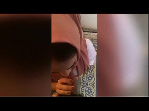 سعودية صغيرة تمص الزب وتتناك نار