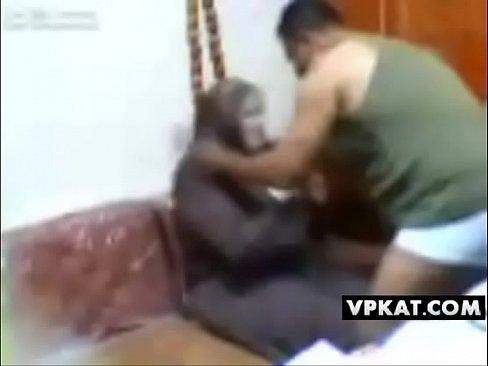 خليجية تتناك بعنف عند صديق زوجها