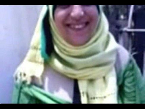 شرموطة مصرية تمص وتتناك من عامل