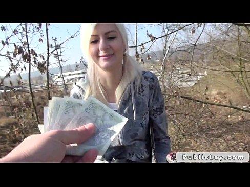 أكرانية جميلة تتناك في الحديقة من طيزها الجميل والنظيف !! مقابل المال