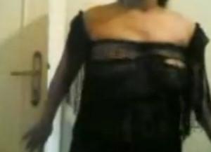 المتناكه عامله فيديو لعشيقها وهيا لبساله قميصين وتلعب فى نفسها ويجى يفشخها