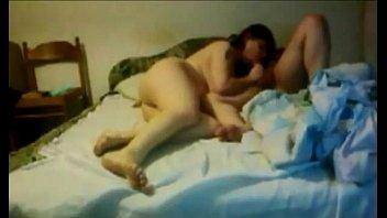 تصوير مخفى القحبه بتناك على السرير ويرفع رجليها على كتفه وينكها
