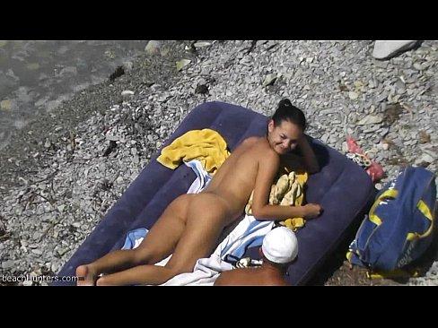برازيلية جميلة في الشاطئ تتناك من السباح المنقذ !! روعة