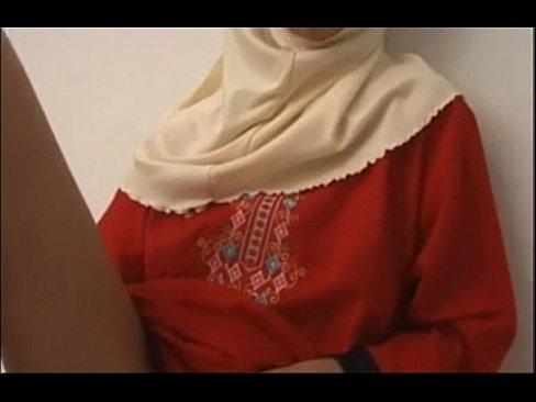 محجبة مسلمة تجلخ كسها وتصرخ بقوة
