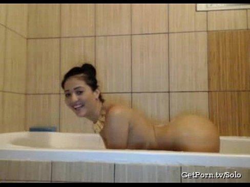 شرموطة تستحم بطيزها الكبير