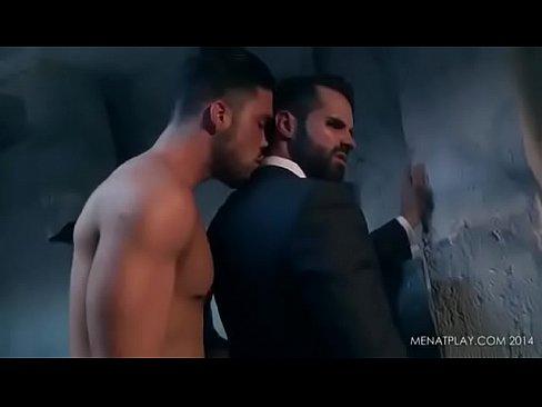 رجل أعمال ذو قيمة يمارس الجنس مع موظف له