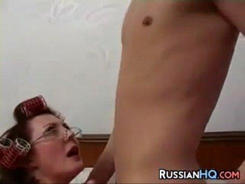 روسيةأم تتناك من جارها الصغير بشهوة