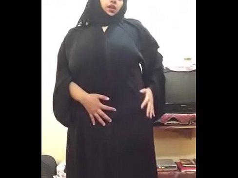 محجبة سعودية تتعرى بجسدها المربرب