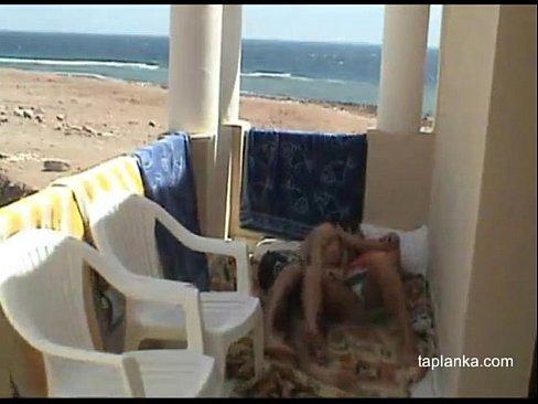 سعودية تتناك قرب الشاطئ بتصرخ من كتير الوجع
