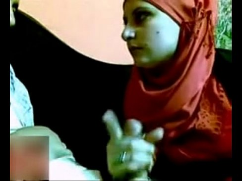 محجبة مصرية مع حبيبها في المقهى
