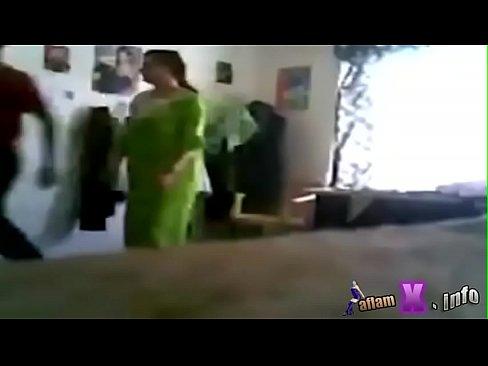شاب كويتي يمارس الجنس مع أخت الزوجة وهي واقفة