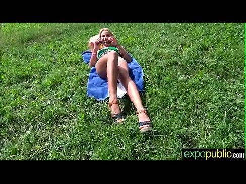صربية تتناك في العشب