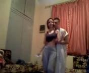 شاب قطري يرقص مع شرموطة صغيرة وهو لابس الجلابية ويخلع ويطلع زوبره