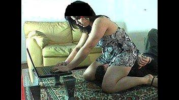 بيرقد تحت كوسها وهيا بتلعب فى الاب توب يهيجها وينكها روعه