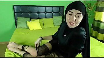 فى الكرسى الخلفى للعربيه بيمسكها خلفى ينكها