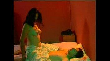 قحبه بترقد على السرير يلعب فهيا من الخلف ويشنقها نيك فى طيزها الكبيره
