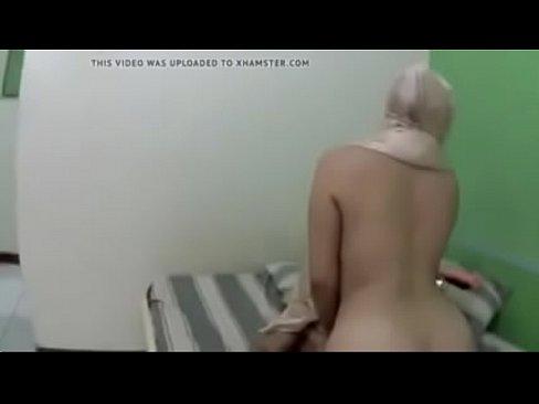 شرموطة يمنية تتناك وتمص الزب بجسدها الهايج