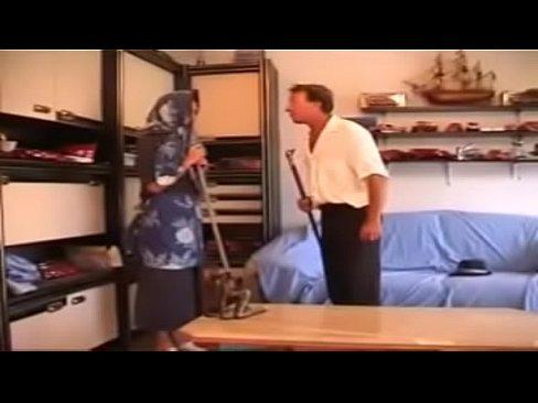 شرموطة جزائرية تتناك من صاحب المحل