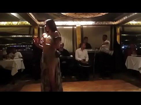 راقص مثير ترقص الشرقي مع ...