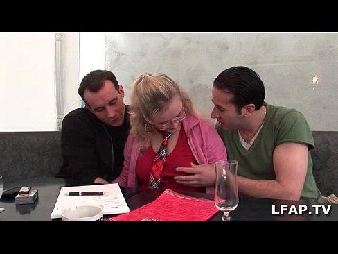 تلميذة فرنسية مع صديقها والأستاذ