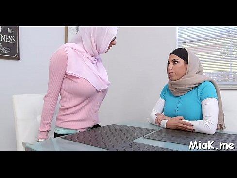 الجميلة مايا خليفة وأمها