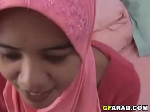 عربية محجبة تتناك وتمص الزب من زميلها