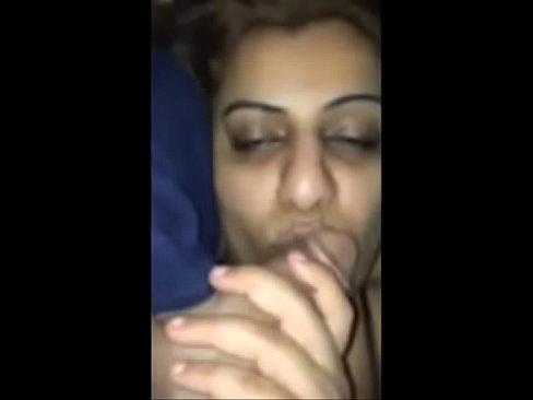 شرموطة مطلقة تمص الزب وتتناك حتى ترهق وتشبع