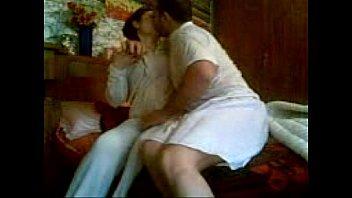 بيقعد جنبها على السرير مش طالبه معاها نيك ولكنه بيقعد يفرش ويظبط كسها بالنيك روعه