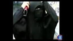 سعودية منقبة تعرض كسها وبزازها وتغطي وجهها