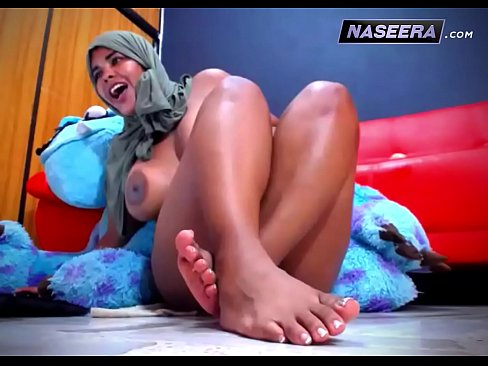 عربية هايجة عبر الكام !! تجلخ كسها