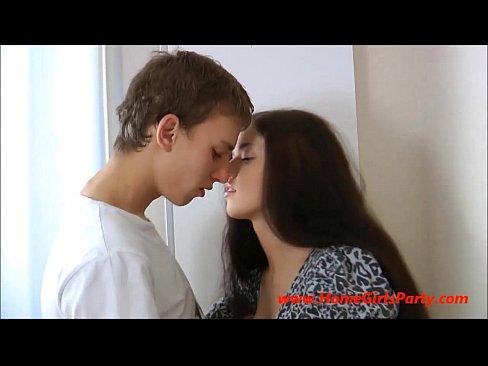 روسية جميلة تتناك من مراهق جديد