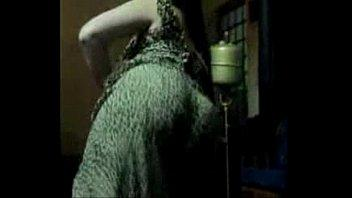 بيمسك طيزها الحليق ويحط فيها زبره ويمتعها وتصرخ باعلى متعه