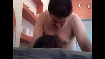 اخدها على السرير ورفعها على زبره ومتعها بالمنتصب