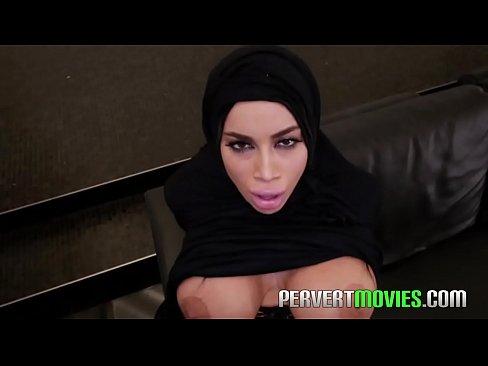 منقبة سعودية تتعرى وتجلخ كسها !! بزاز كبيرة