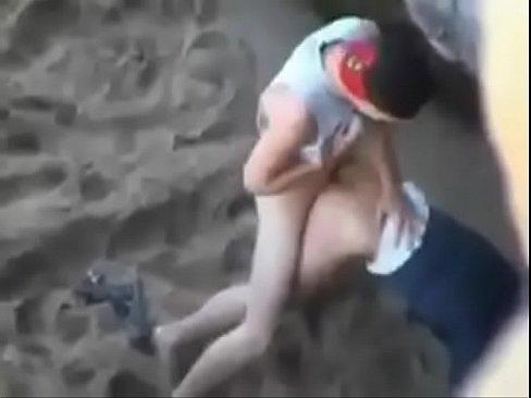 قحبة تونسية تتناك وتمص الزب في الشاطئ